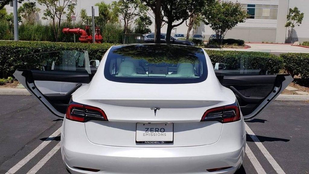 งามหน้า Tesla Model 3 ถึงมือลูกค้าแบบแผงในประตูคนละสี